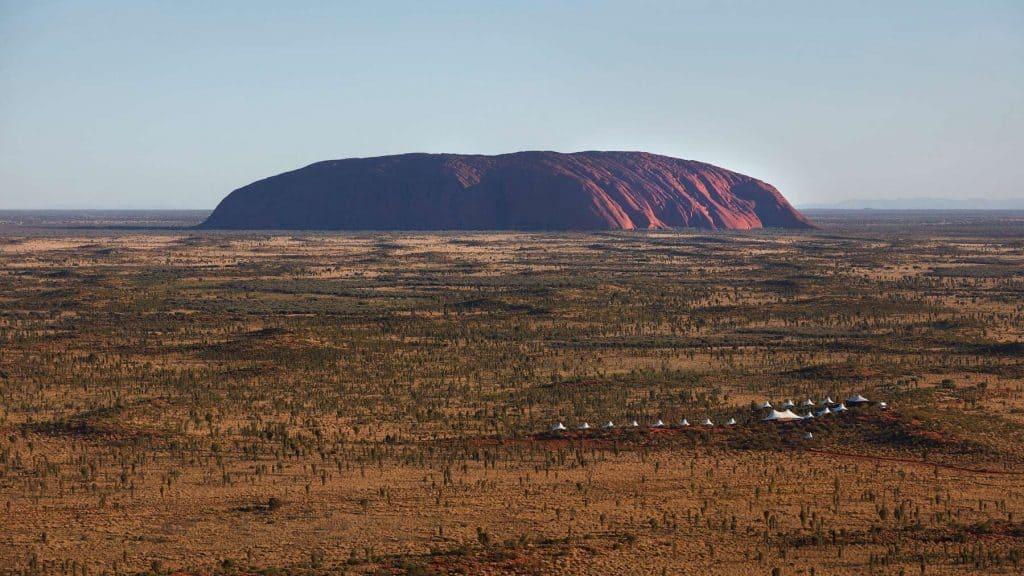 Utsikt mot Uluru fra luksuscampen Longitude 131°.