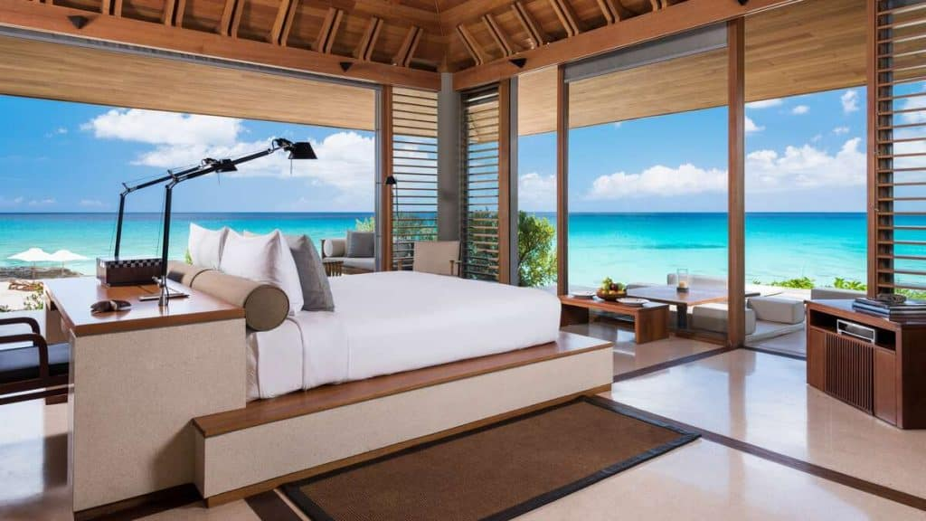 Ett av flere soverom på Amanyara Artist Ocean Villa på Turks and Caicos.