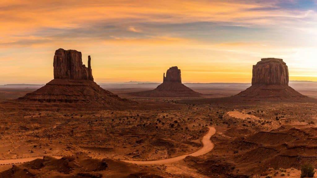 Soloppgang i Monument Valley i Utah.