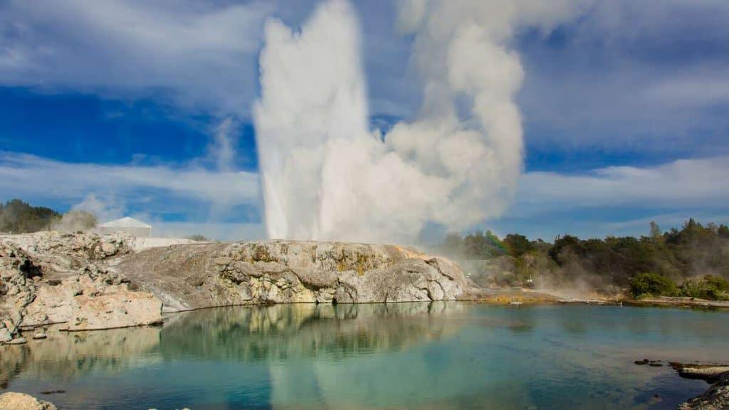 Utforsk den spennende naturen i Rotorua, som denne geysiren.
